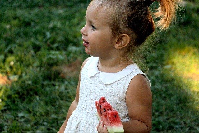 holčička s melounem